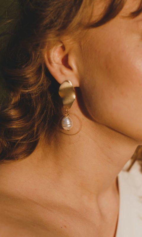 Ohrringe können ihr Gesicht optisch jünger aussehen lassen